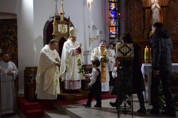 Привітння єпископа і священників