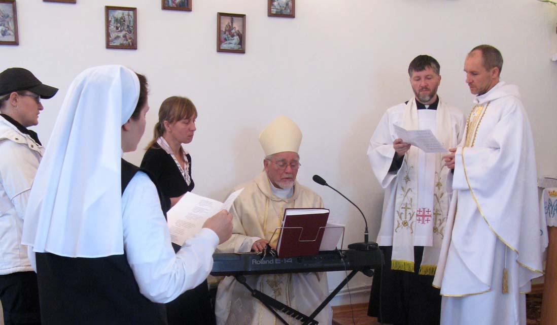 Одна з українських дів, посвячених Богу, під час св. Меси